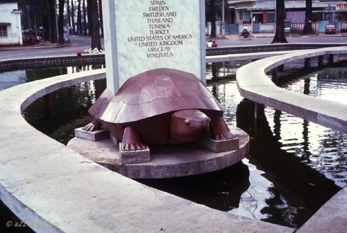 Con rùa đồng mang bia vinh danh các nước đồng minh của Việt Nam Cộng Hòa